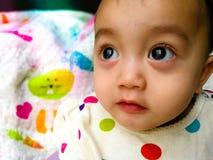一个逗人喜爱和传神亚裔女婴的坦率的画象 生活方式和童年概念 库存图片
