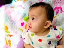 一个逗人喜爱和传神亚裔女婴的坦率的画象 生活方式和童年概念 图库摄影