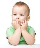 一个逗人喜爱和沉思小男孩的纵向 图库摄影