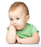 一个逗人喜爱和沉思小男孩的纵向 库存照片