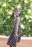 一个逗人喜爱的亚裔女孩享用与圣诞灯 免版税图库摄影