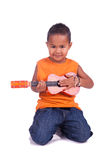 一个逗人喜爱的亚裔男孩的纵向有吉他的 免版税库存图片