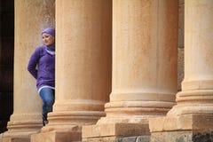 一个逗人喜爱的叙利亚女孩在布斯拉圆形剧场 库存照片