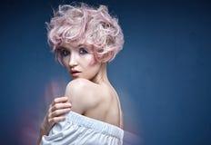 一个逗人喜爱的女孩的特写镜头画象有一种桃红色发型的 免版税库存照片