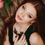 一个逗人喜爱的女孩的特写镜头画象有红色头发的 免版税库存图片