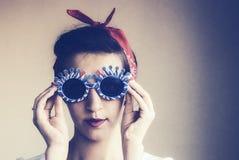 一个逗人喜爱的女孩的画象滑稽的太阳镜的 库存照片