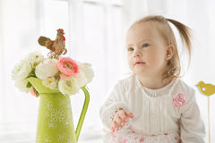 一个逗人喜爱的女孩的画象有唐氏综合症的 免版税图库摄影