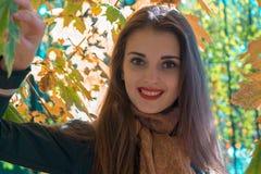 一个逗人喜爱的女孩的画象有红色嘴唇的那个微笑的特写镜头 库存图片
