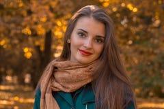 一个逗人喜爱的女孩的画象围巾的和有红色嘴唇特写镜头的 免版税图库摄影