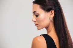 一个逗人喜爱的女性模型的侧视图画象 免版税库存照片