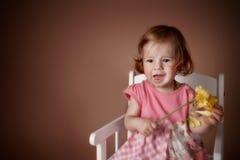 一个逗人喜爱的女婴的画象有花的 免版税库存图片