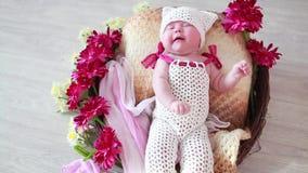 一个逗人喜爱的婴孩的画象一个篮子的与花 在视图之上 影视素材