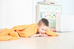 一个逗人喜爱的婴孩的画象橙色格子花呢披肩的在家 免版税图库摄影