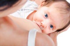 一个逗人喜爱的婴孩的画象母亲的乳房的 免版税图库摄影