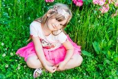 一个逗人喜爱的小女孩的夏天画象 库存图片