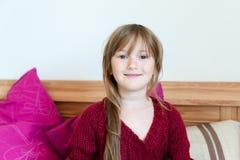 一个逗人喜爱的小女孩的室内画象 免版税图库摄影