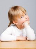 一个逗人喜爱的小女孩的特写镜头 库存照片