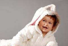 一个逗人喜爱的小女孩的画象在复活节兔子衣服穿戴了 库存图片