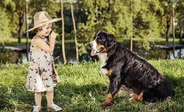 一个逗人喜爱的小女孩的画象有一条友好的狗的 免版税库存图片