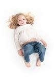 一个逗人喜爱的小女孩的鸟瞰图 库存照片