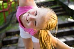 一个逗人喜爱的小女孩的画象在夏天 免版税库存图片