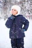 一个逗人喜爱的小女孩的画象在多雪的公园 库存照片