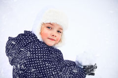 一个逗人喜爱的小女孩的画象在多雪的公园 免版税库存图片