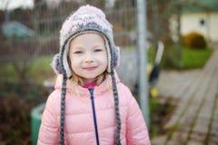 一个逗人喜爱的小女孩的画象在美好的秋天天 免版税库存照片
