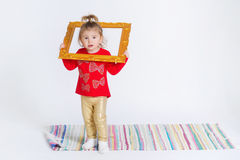 一个逗人喜爱的小女孩的画象时髦成套装备的 免版税库存照片