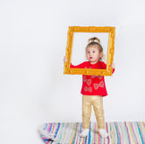 一个逗人喜爱的小女孩的画象时髦成套装备的 库存照片