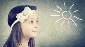 一个逗人喜爱的小女孩的画象有蓝眼睛的 库存照片