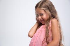 一个逗人喜爱的小女孩的画象谈话在电话 免版税库存照片