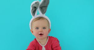 一个逗人喜爱的小孩女孩的画象有兔宝宝耳朵的 股票视频