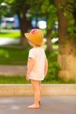 一个逗人喜爱的小孩女孩的画象一个滑稽的帽子的 免版税库存照片