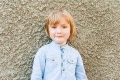 一个逗人喜爱的小男孩的室外画象 免版税库存图片