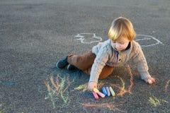 一个逗人喜爱的小男孩的室外画象 免版税库存照片