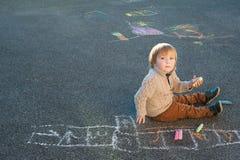一个逗人喜爱的小男孩的室外画象 库存图片