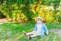 一个逗人喜爱的小男孩的室外画象 免版税图库摄影
