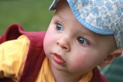 一个逗人喜爱的小男孩的接近的画象,看照相机 库存照片
