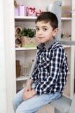 一个逗人喜爱的小男孩的纵向坐楼梯 库存图片