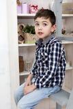 一个逗人喜爱的小男孩的纵向 免版税图库摄影