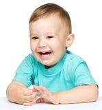 一个逗人喜爱的快乐的小男孩的纵向 库存图片