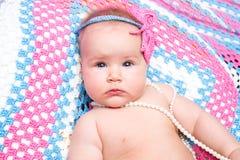 一个逗人喜爱的新出生的矮小的女婴 为孩子使用它,做父母 免版税库存照片