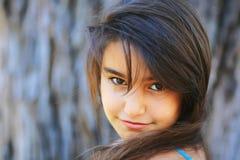 一个逗人喜爱的深色的女孩的纵向 免版税库存照片