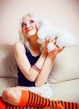 逗人喜爱的白肤金发的女孩特写镜头画象有兔子玩具的 库存图片