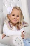 一个逗人喜爱的矮小的白肤金发的女孩的画象有长的头发的 免版税库存图片