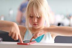 一个逗人喜爱的矮小的白肤金发的女孩 免版税库存照片