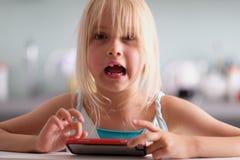一个逗人喜爱的矮小的白肤金发的女孩 免版税库存图片