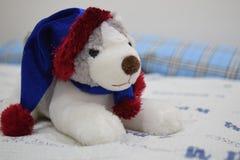 一个逗人喜爱的西伯利亚爱斯基摩人玩偶/玩具在床上 免版税库存图片