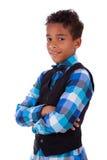 一个逗人喜爱的非裔美国人的小男孩的纵向有被交叉的双臂的 库存照片